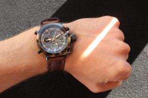 Армейские часы Amst на руке
