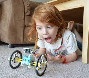 робот-конструктор и ребенок